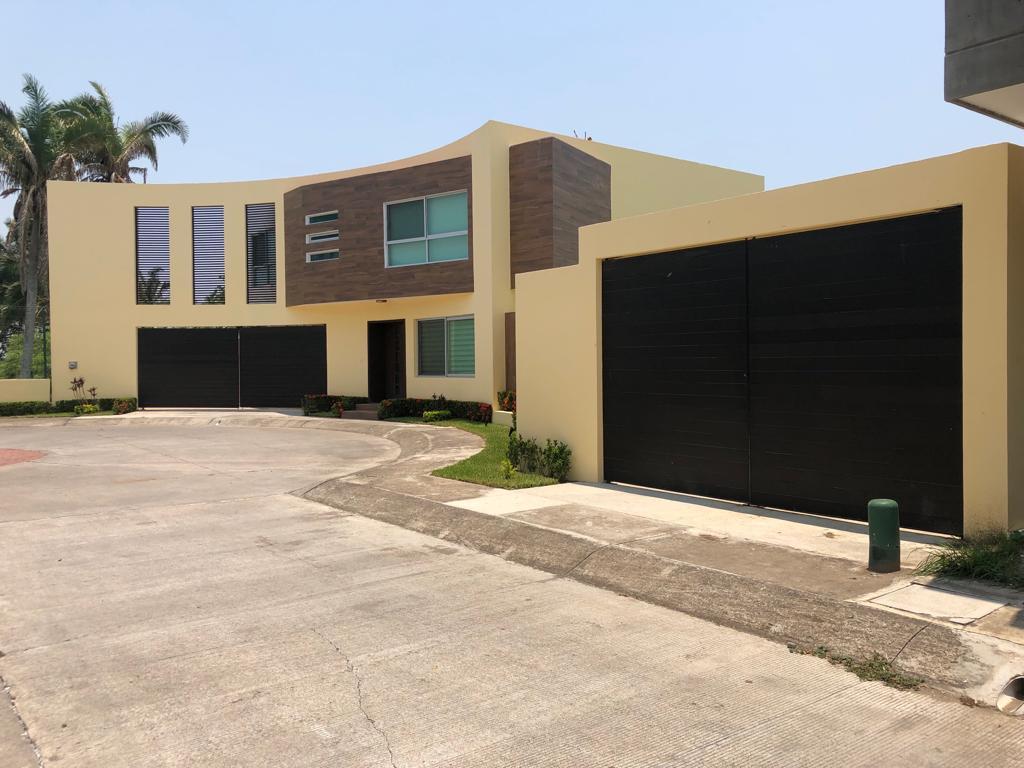 Residencia En Venta Con Jardín Excedente Fraccionamiento Las Palmas Veracruz